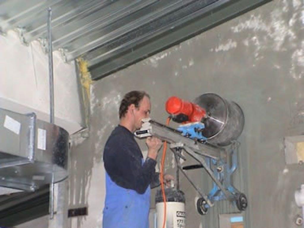 Vakmannen aan het werk met boren in beton