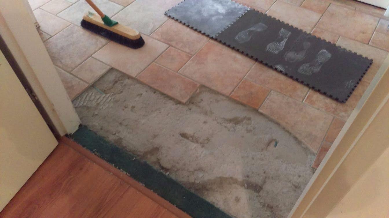 Badkamer Tegels Verwijderen : Vloertegels verwijderen uit de badkamer of woonkamer wat kost dit
